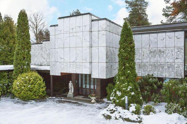 Tämä Tampereella sijaitseva betonitalo on verhoiltu marmorilla ja tiilellä.