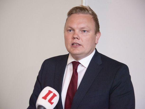 Antti Kurvinen halusi lähettää valmistuville nuorille onnittelukortit.