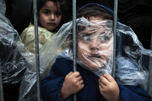 Muotokuvien voitto meni pakolaislapsesta otetulle kuvalle. Matic Zorman otti kuvan Serbian Presevon pakolaisleirillä. Kuvan lapsi odotti jonossa rekisteröintiä.