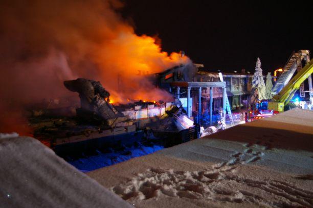 Hotellista noin puolet tuhoutui palossa.