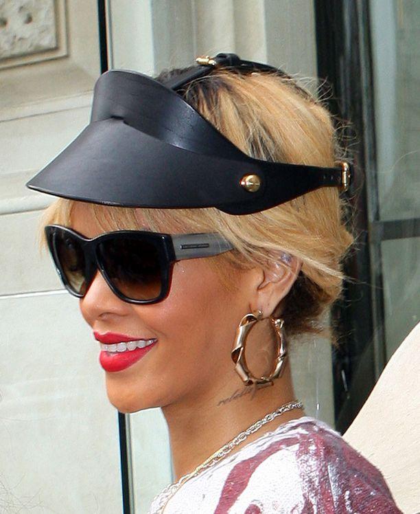 Rihanna lennätti kampaajan Lontooseen kutrejaan huoltamaan. Värjäsiköhän tämä samalla tähtösen juurikasvun piiloon?