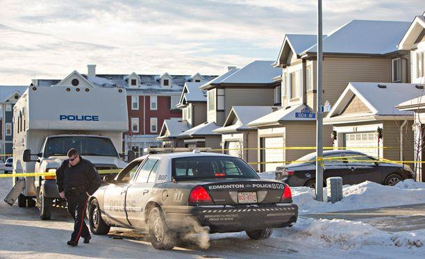 Poliisi eristi talon, josta ruumiit löydettiin.