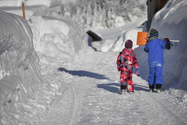 Geroldissa Saksassa lumesta oli lapsille ilmeisesti riemua.