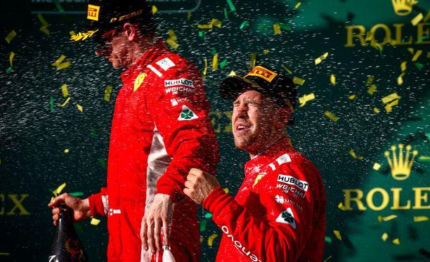 Etkä muuten suihkuta! Kimi Räikkösen ele Sebastian Vettelille naurattaa kansaa.