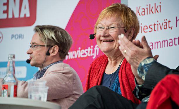 Presidentti Tarja Halonen hauskuutti yleisöä Porin Suomi-areenassa.
