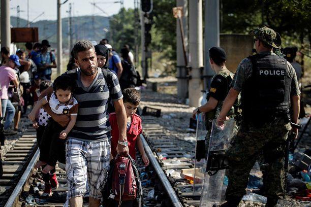 Pakolaisia Makedonian ja Kreikan välisellä rajalla sunnuntaina.