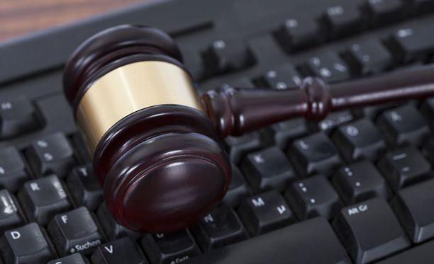 Juristien vahingonkorvaukset pornon lataajille olivat perusteltuja, sillä he omistivat jaetun materiaalin oikeudet.