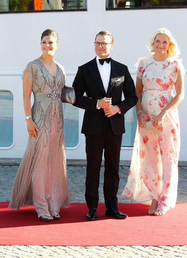 Victoria ja Daniel poseerasivat kuvaajille yhdessä Mette-Maritin kanssa.