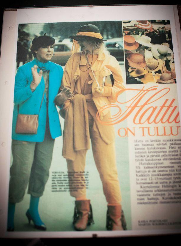 Vuosikymmeniä sitten Arja poseerasi naistenlehden muotijutussa yhdessä meikkitaiteilija Raili Hulkkosen kanssa.