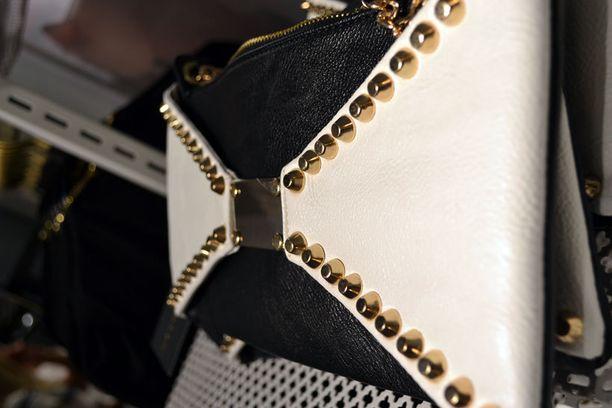 Yksi suosituimmista tuotteista on mustavalkoinen niiteillä koristeltu laukku.