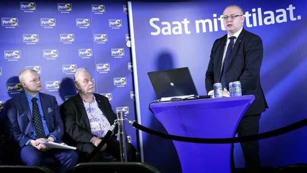 Valtiosihteeri Samuli Virtanen (vasemmalla) ja työmies Matti Putkonen kuuntelivat ministeri Jari Lindströmin näkemyksiä helmikuussa 2016. Silloin puolue oli vielä yhtenäinen.