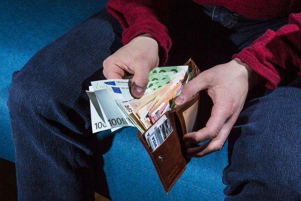 Ikäihmisiltä yritetään huijata käteistä rahaa Lounais-Suomessa.