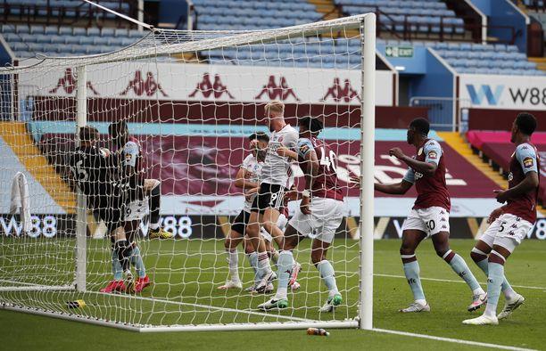 Aston Villan maalivahti Ørjan Nyland horjahti maaliviivan yli pallo käsissään, mutta maali jäi teknologiasta huolimatta huomaamatta.