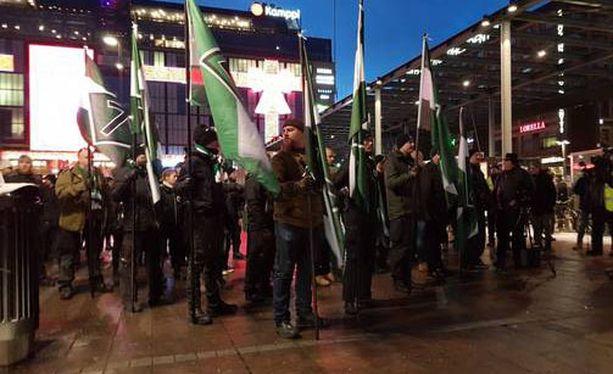 Helsingin poliisilaitos tiedotti hetki sitten, että mielenosoituksissa on otettu kiinni kaksi ihmistä.
