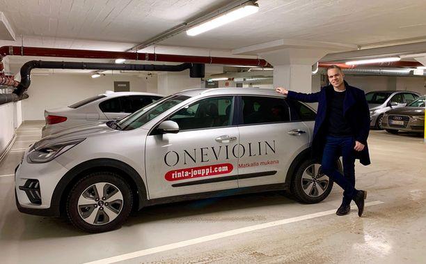 Vaasalaislähtöinen viulisti Pekka Niemi sai auton käyttöönsä yhteistyössä Rinta-Joupin Autoliikkeen kanssa.