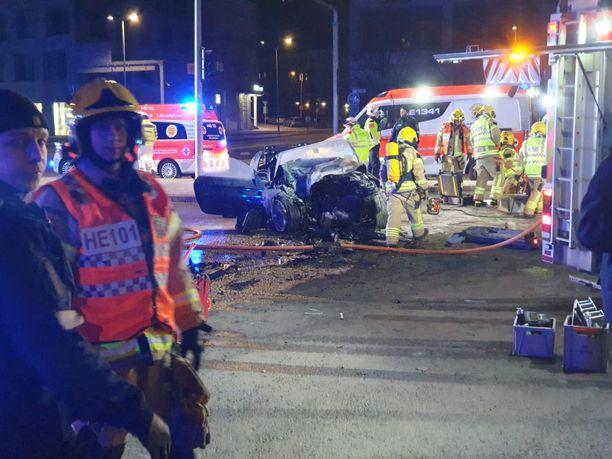 Pelastuslaitos joutui leikkaamaan avoautomallisen BMW:n katon auki, ennen kuin pahasti loukkaantunut kuljettaja saatiin ulos.