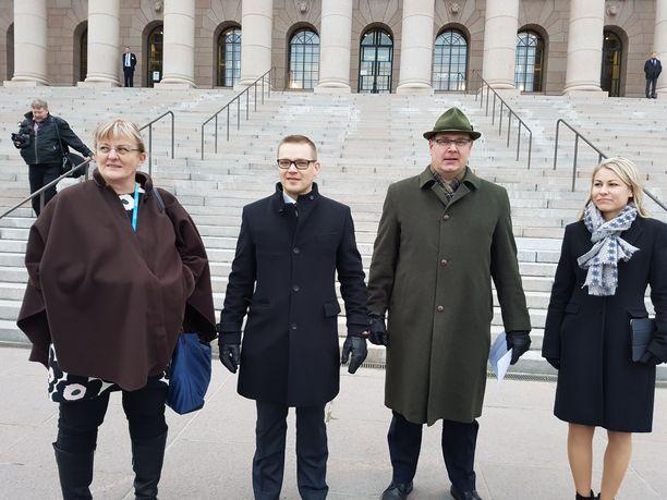 Sinisten Pirkko Mattila, kansalaispuolueen Sami Kilpeläinen, sinisten Reijo Hongisto ja kansalaispuolueen Piia Kattelus eduskuntatalon edustalla pidetyssä tiedotustilaisuudessa tiistaina.