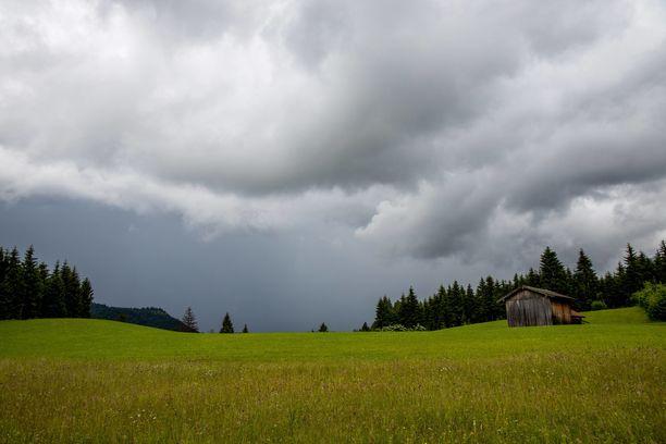 Tänään tulee monin paikoin sadekuuroja, kertoo Ilmatieteen laitos.