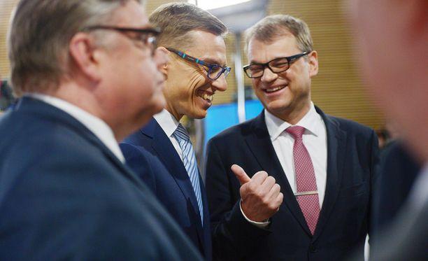 Perussuomalaisten puheenjohtaja Timo Soini (vas.), kokoomuksen puheenjohtaja Alexander Stubb ja keskustan puheenjohtaja Juha Sipilä