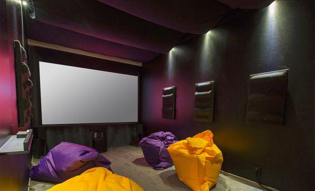Tavallinen makuuhuone muuntui kodin elokuvahuoneeksi.
