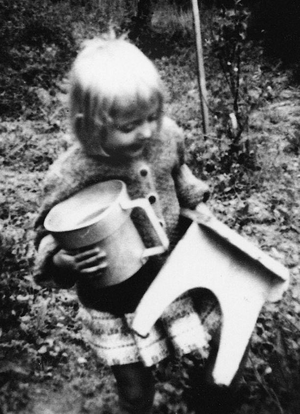– Kuva todistaa, että olin voimanainen jo kolmivuotiaana. Olen painava palli ja purkki kainalossa menossa poimimaan viinimarjoja.