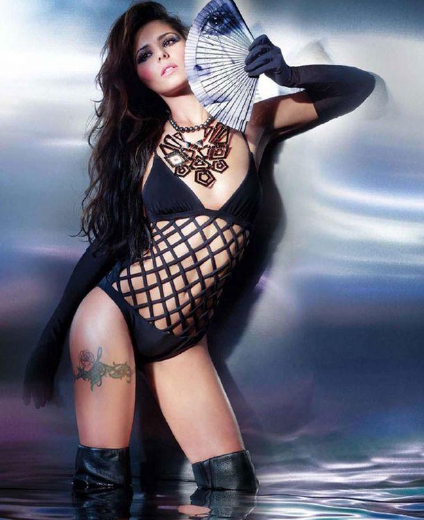 Laulaja Cheryl Cole poseeraa vähäpukeisena tuoreensa levynsä promokuvissa.