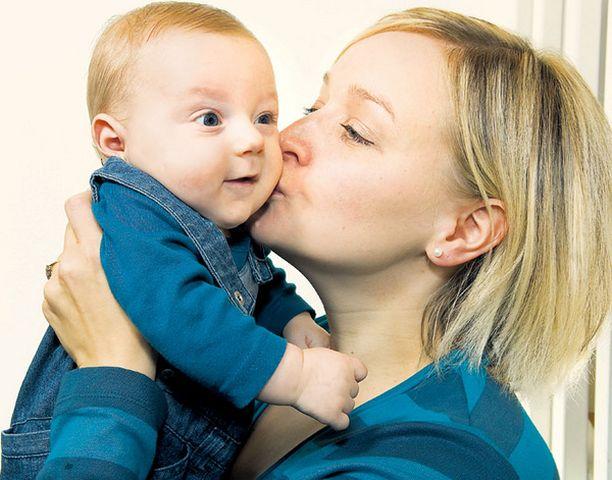 Perustervettä pikkulasta voi suukotella huoletta, sillä pöpöille altistuminen vahvistaa lapsen vastustuskykyä.