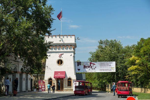 Kierros Cricovan viinitunneleissa alkaa portilta. Tässä vieraat saavat hypätä punaisen minijunan kyytiin.