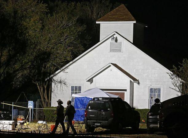 Ampuja hyökkäsi San Antonion itäpuolella sijaitsevan pikkukylän baptistikirkoon kesken sunnuntaijumalanpalveluksen.