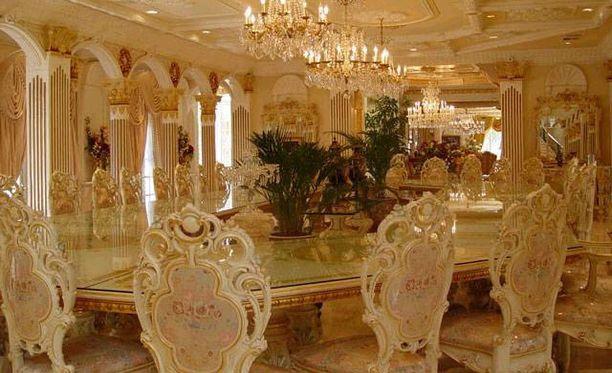 Tässä yksi palatsin ruokasaleista.