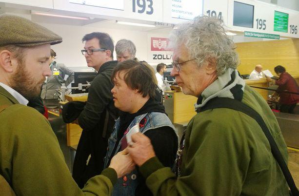 PKN-miehet tekivät lähtöä kotiin lentokentällä sunnuntaiaamuna.