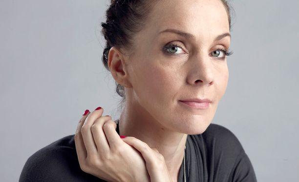 Maria Veitola pistää itsensä likoon uudessa Yökylässä Maria Veitola -ohjelmassa.
