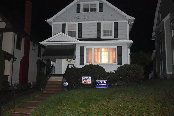 Joe Bidenin lapsuudenkodin pihaporttiin on ripustettu paperi, jossa lukee, että Biden asui talossa kymmenvuotiaaksi asti.
