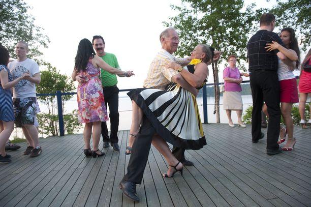 Kesällä kelpaa tanssata vaikka ulkolavalla.