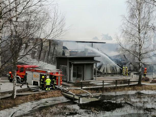 Palopaikalle saapui useita pelastuslaitoksen yksiköitä.
