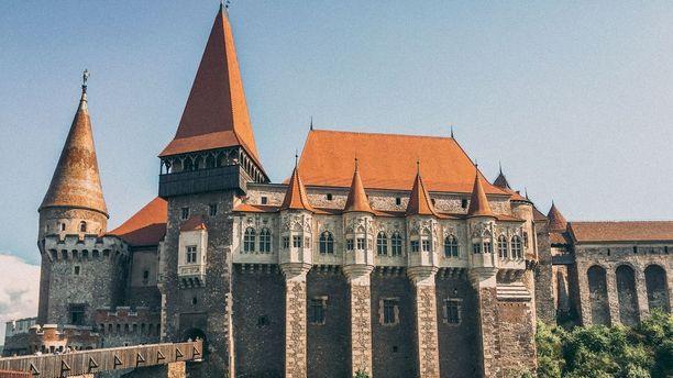 Romania on täynnä keskiaikaisia linnoja ja linnoituksia. Kuvan Corvin-linna löytyy Hunedoaran kaupungista.