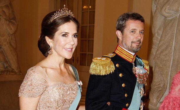 Kruununprinsessa Mary edusti upeana Tanskan kruunuprinssi Frederikin rinnalla 50-vuotisgaalassa.