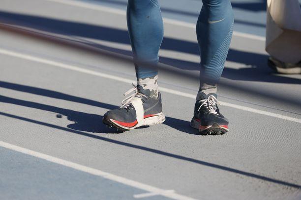 Mareks Arentsin kengät ovat lenkkareiden ja piikkareiden yhdistelmä.
