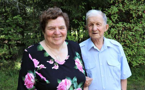 """Anja, 77, ja Eino, 85, rakastuivat tulisesti, vaikka lähipiiri toppuutteli: """"Meidän väliimme ei pääse kukaan, jos tulee, niin sanotaan suorat sanat"""""""