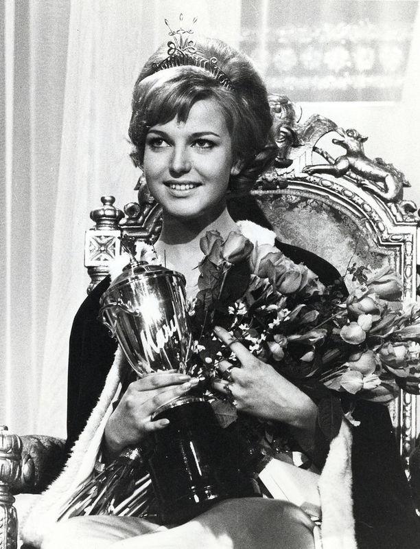 Vain 18-vuotiaana Miss Suomeksi 1965 kruunattu Virpi Miettinen on yksi kaikkien aikojen menestyneimmistä misseistämme. Hän oli toiseksi kaunein peräti kolmessa isossa kansainvälisessä kilpailussa.