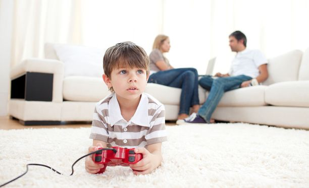 Pahimmillaan videopelit vievät lapset mennessään. Parhaimmillaan ne esimerkiksi opettavat sosiaalisia taitoja ja yhteistyötaitoja.