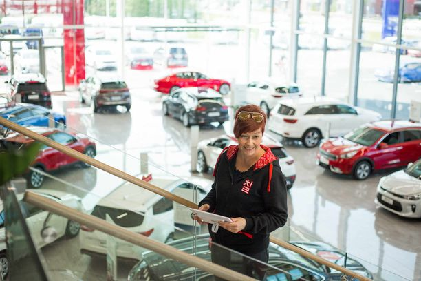 Taina Sikasen käsien kautta ostajille on kulkenut lähes 2000 Kia-autoa.