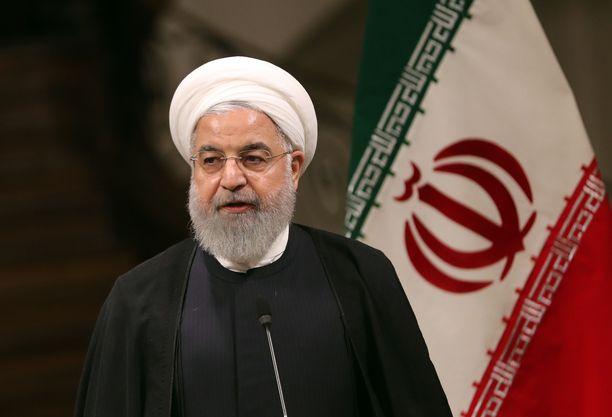 Iranin presidentti Hassan Rouhani vertasi Iranin kärsimyksiä pakotteiden alla sota-aikaan.