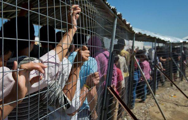 Pakolaiset odottivat maanantaina apua Idomenissa. Tuhannet ovat jääneet leirille jumiin sen jälkeen, kun raja suljettiin.