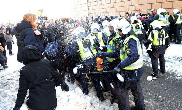 Vastamielenosoittajat heittelivät poliisia lumipalloilla.