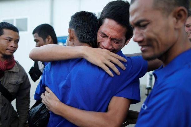 Vapautetut merimiehet halailivat toisiaan lentokentällä Kenian Nairobissa sunnuntaina.