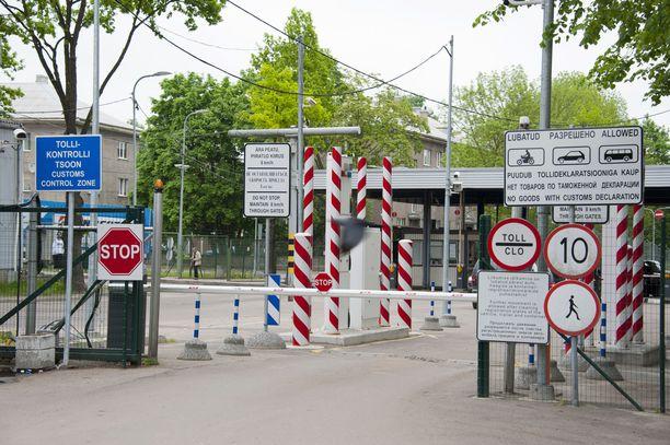 Tutkijat pohtivat Venäjän piiloviestejä. Kuvituskuva Venäjän ja Viron Narvan kaupungin rajasta.