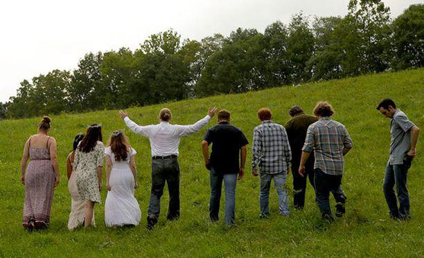 Michael Ryanilla oli suuri perhe ja useampi vaimo. Kuva sarjasta, jossa tositapahtumat käydään läpi näyttelijöiden avulla.
