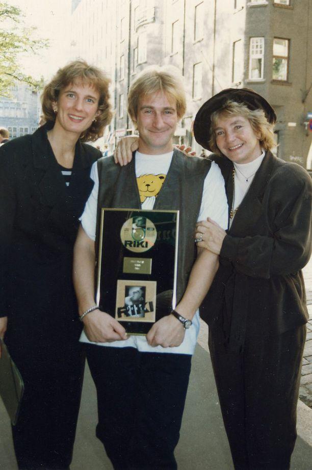 Riki Sorsa puolisonsa Barbaran ja Margaretha-äidin kanssa vuonna 1994.