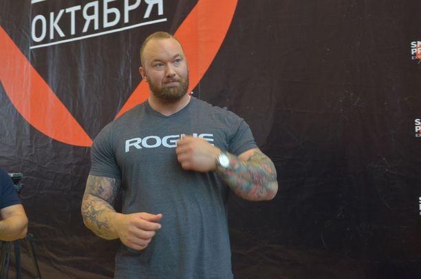Hafthor Björnsson odottaa nyrkkeilykehään pääsyä.
